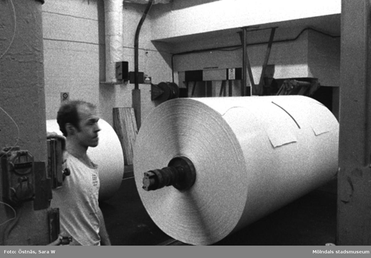 Arbetare vid pappersbalar, Jan Callesen. Byggnad 6, kartongtambour.Bilden ingår i serie från produktion och interiör på pappersindustrin Papyrus.