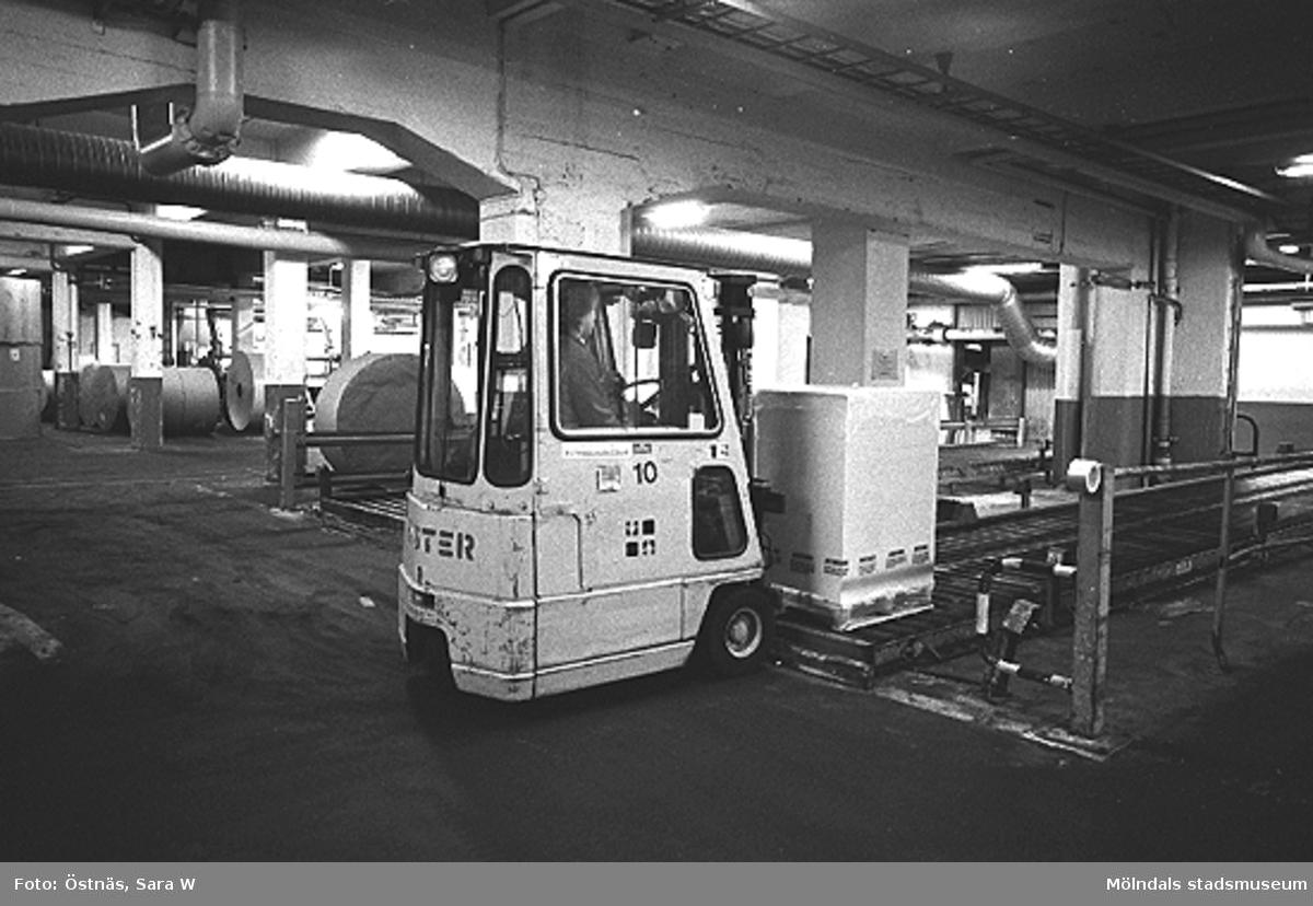 En man kör truck med en pappersbal, 1980-tal.Bilden ingår i serie från produktion och interiör på pappersindustrin Papyrus.