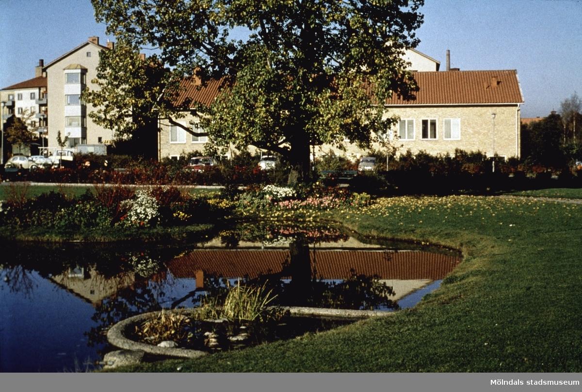 Vy från Stadshusparken i Mölndal, 1970-tal. I bakgrunden ses Televerkets hus.