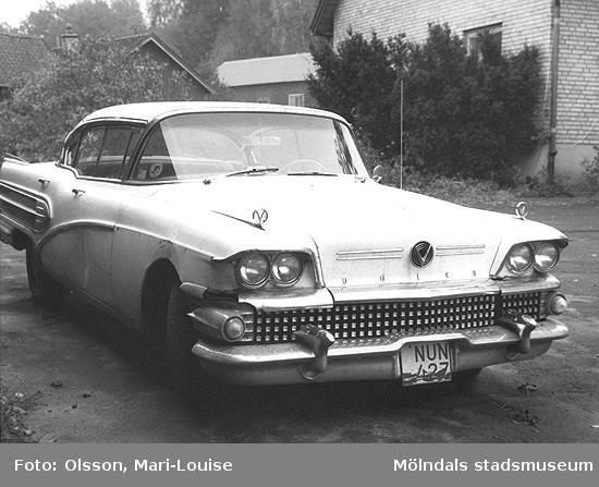 """Buick, en 1950-tals bil.Bilden togs i samband med utställningen """"Från näckens polska till rockens roll"""" på Mölndals museum.Utsällningen pågick mellan 1 dec. 1990 - 31 dec. 1991."""