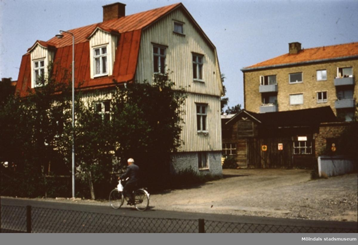 Fotogenhandlare Tobiassons bostadshus på Bergmansgatan i Mölndal.En kvinna cyklar framför huset.