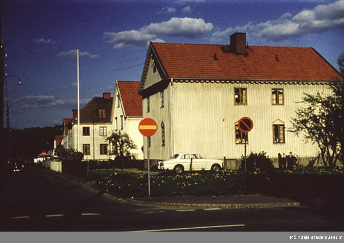 Bostadshus längs Broslättsgatan i Mölndal, år 1971 - 72.