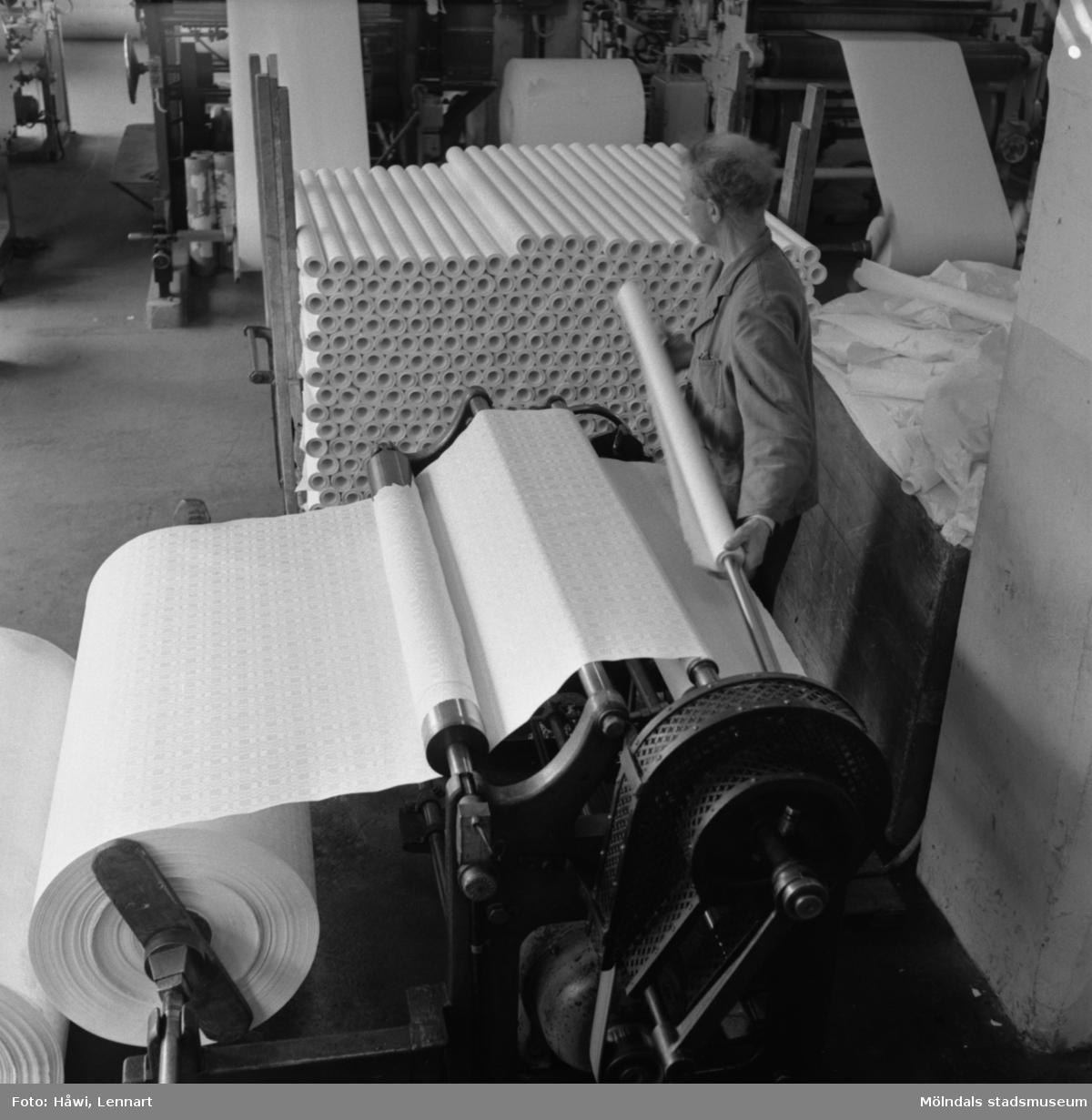 Man i arbete vid rullmaskin nr 24 på Papyrus i Mölndal, 6/5 1955.