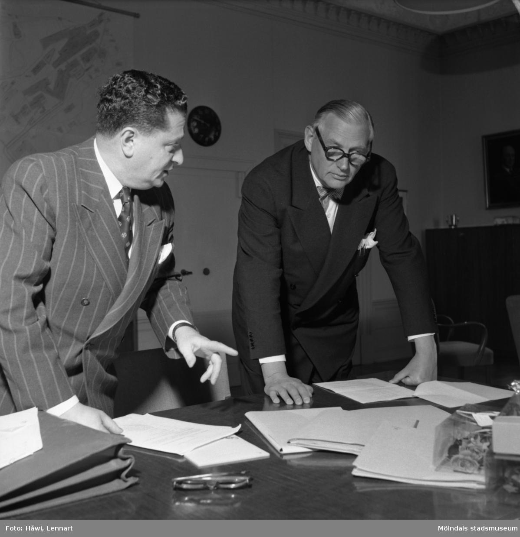 Kamrer Einar Harald och bankdirektör Marcus Wallenberg på Papyrus i Mölndal, 15/6 1955.