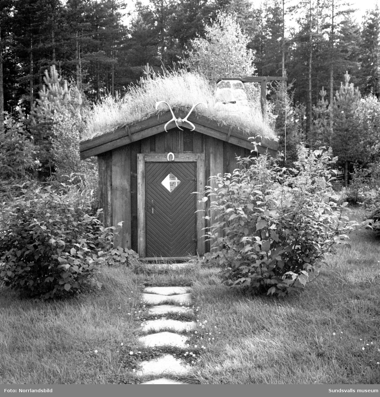 En liten stuga med torvtak i Bergeforsen.