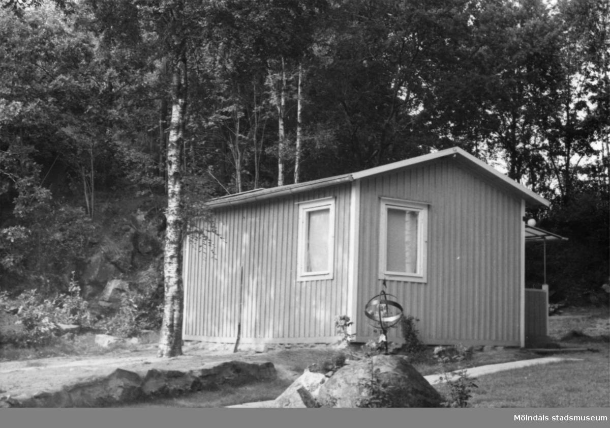 Byggnadsinventering i Lindome 1968. Greggered 3:42. Hus nr: 081D4018. Benämning: fritidshus, gäststuga och redskapsbod. Kvalitet, fritidshus och gäststuga: god. Kvalitet, redskapsbod: mindre god. Material: trä. Tillfartsväg: framkomlig. Renhållning: soptömning.