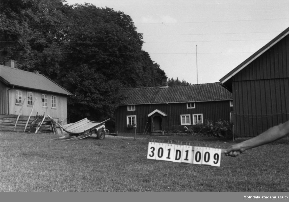 Byggnadsinventering i Lindome 1968. Inseros 1:13. Hus nr: 301D1009. Benämning: permanent bostad, två ladugårdar och skjul. Kvalitet, bostadshus: god. Kvalitet, ladugårdar: god, mindre god. Kvalitet, skjul: dålig. Material: trä. Tillfartsväg: framkomlig.