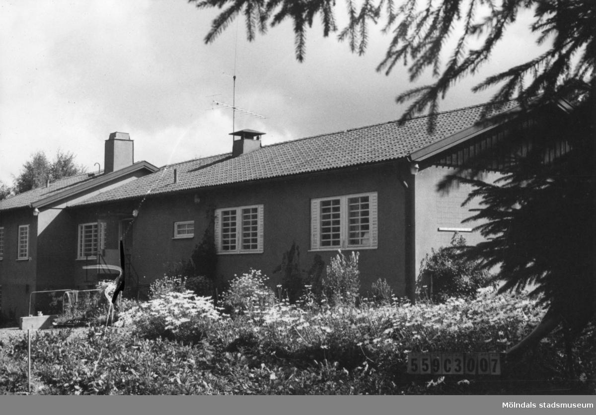 Byggnadsinventering i Lindome 1968. Fagered 3:1. Hus nr: 559C3007, t. yrkesskolan. Benämning: mottagningsavdelning. Kvalitet: god. Material: sten. Tillfartsväg: framkomlig. Renhållning: soptömning.