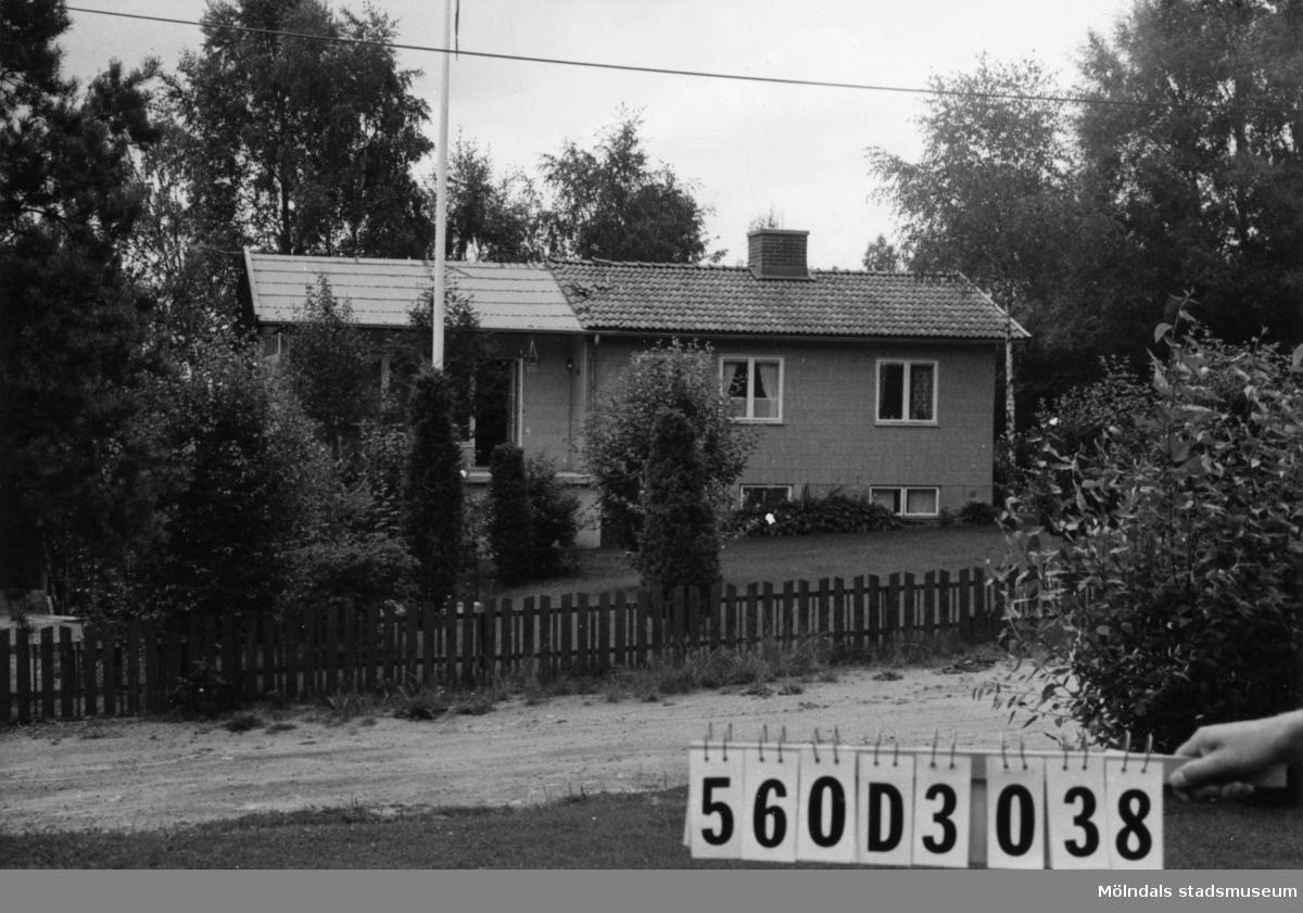 Byggnadsinventering i Lindome 1968. Fagered 2:48. Hus nr: 560D3038. Benämning: permanent bostad och två redskapsbodar. Kvalitet, bostadshus: mycket god. Kvalitet, redskapsbodar: mindre god. Material, bostadshus: eternit. Material, redskapsbodar: trä. Tillfartsväg: framkomlig. Renhållning: soptömning.