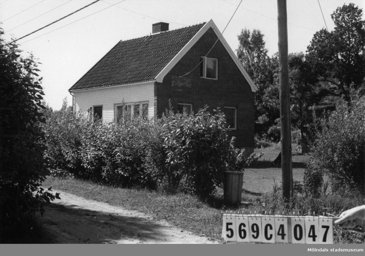 Byggnadsinventering i Lindome 1968. Gårda 2:23. Hus nr: 569C4047. Benämning: permanent bostad, gäststuga och redskapsbod. Kvalitet, bostadshus och gäststuga: god. Kvalitet, redskapsbod: mindre god. Material, bostadshus: rött tegel, trä. Material, övriga: trä. Tillfartsväg: framkomlig. Renhållning: soptömning.