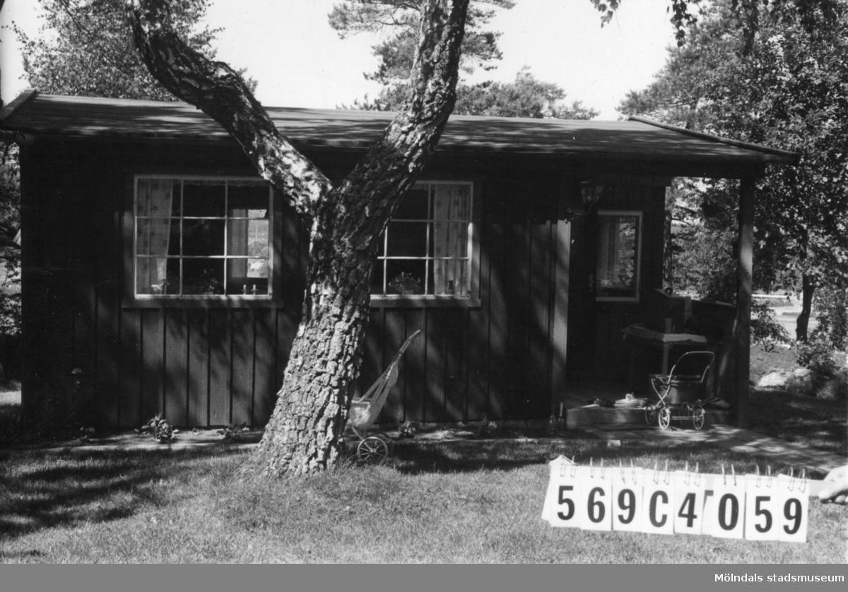 Byggnadsinventering i Lindome 1968. Gårda (2:6). Hus nr: 569C4059. Benämning: fritidshus och redskapsbod. Kvalitet: god. Material: trä. Tillfartsväg: framkomlig.