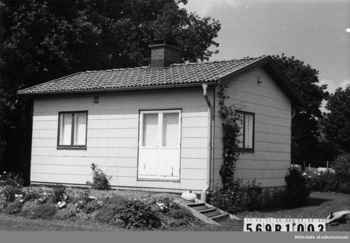 Byggnadsinventering i Lindome 1968. Ingemantorp 2:17. Hus nr: 569A2003. Benämning: fritidshus och redskapsbod. Kvalitet: god. Material, fritidshus: eternit. Material, redskapsbod: trä. Tillfartsväg: framkomlig.
