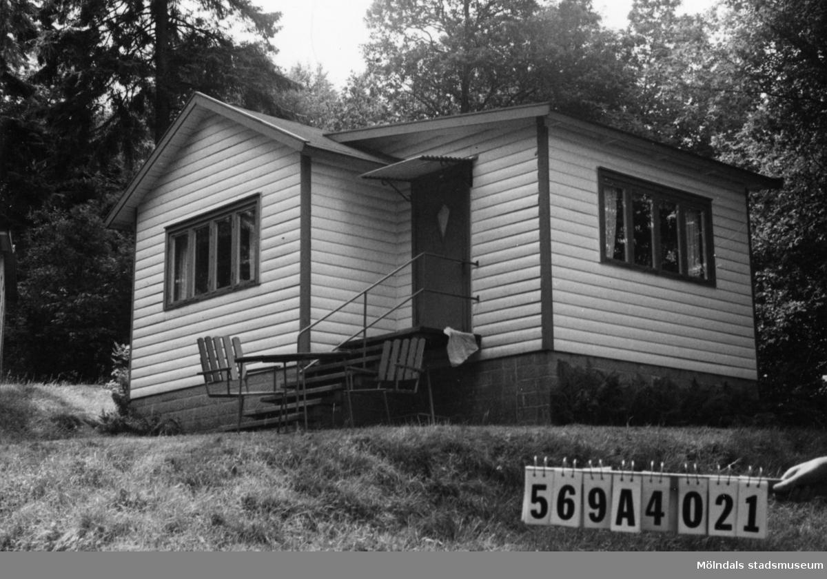Byggnadsinventering i Lindome 1968. Skäggered 5:1. Hus nr: 569A4021. Stiftelse. Benämning: fritidshus. Kvalitet: god. Material: trä. Tillfartsväg: framkomlig. Renhållning: soptömning.