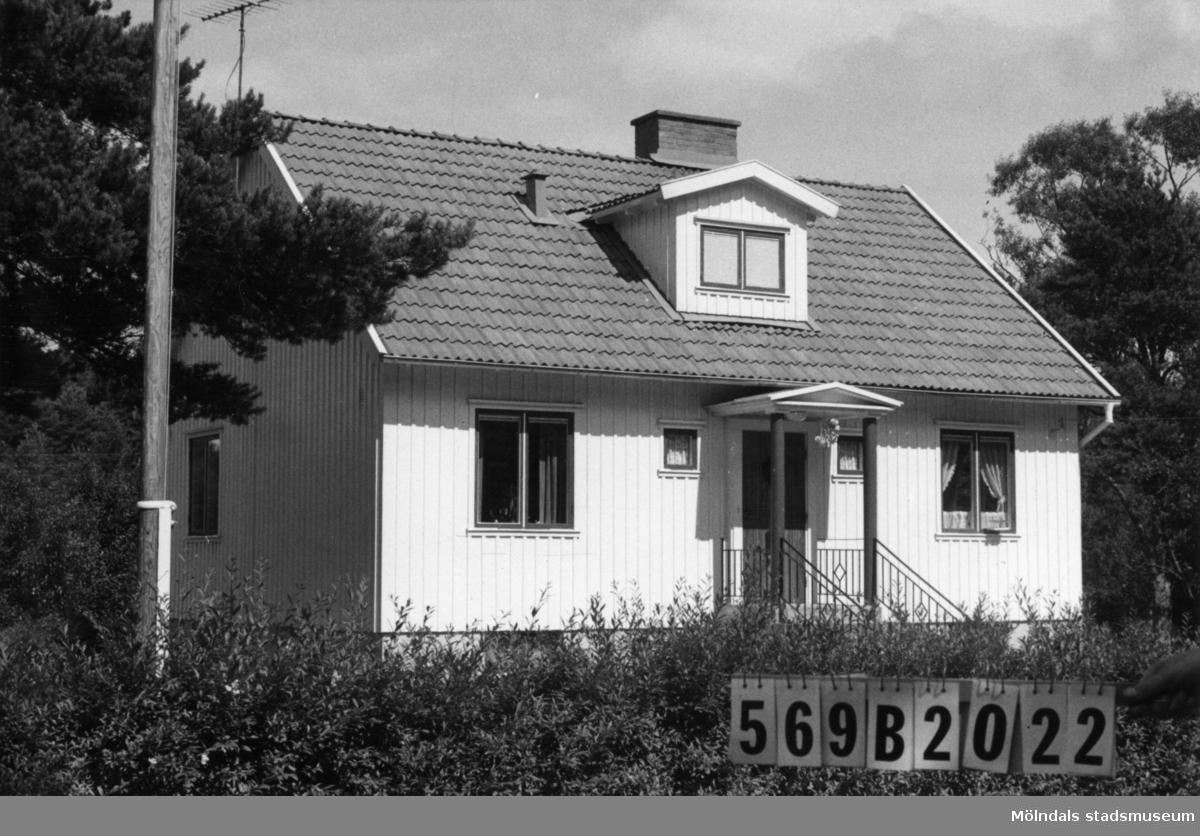 Byggnadsinventering i Lindome 1968. Gastorp 1:38. Hus nr: 569B2022. Benämning: permanent bostad, redskapsbod och garage. Kvalitet, bostadshus och garage: god. Kvalitet, redskapsbod: mindre god. Material: trä. Tillfartsväg: framkomlig. Renhållning: soptömning.