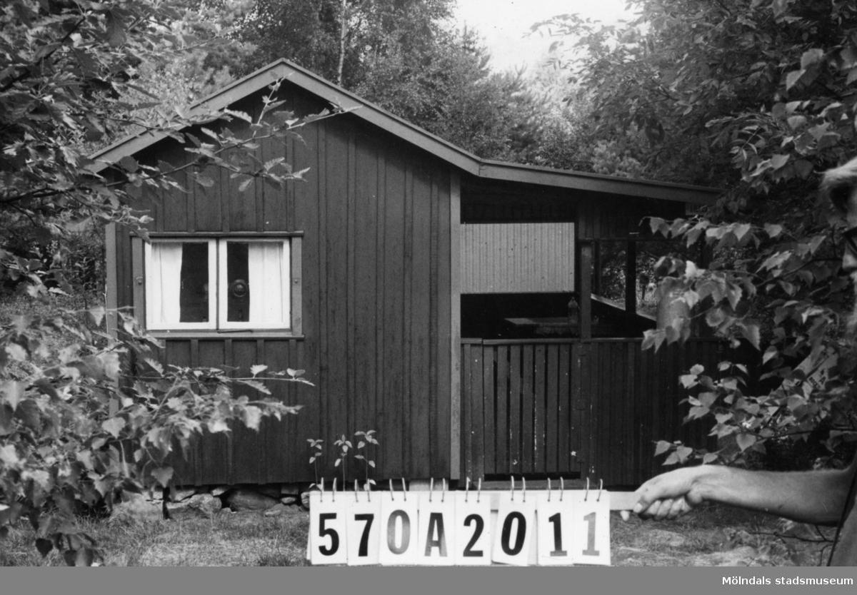 Byggnadsinventering i Lindome 1968. Bräcka (1:41). Hus nr: 570A2011. Benämning: fritidshus och redskapsbod. Kvalitet: mindre god. Material: trä. Tillfartsväg: ej framkomlig.