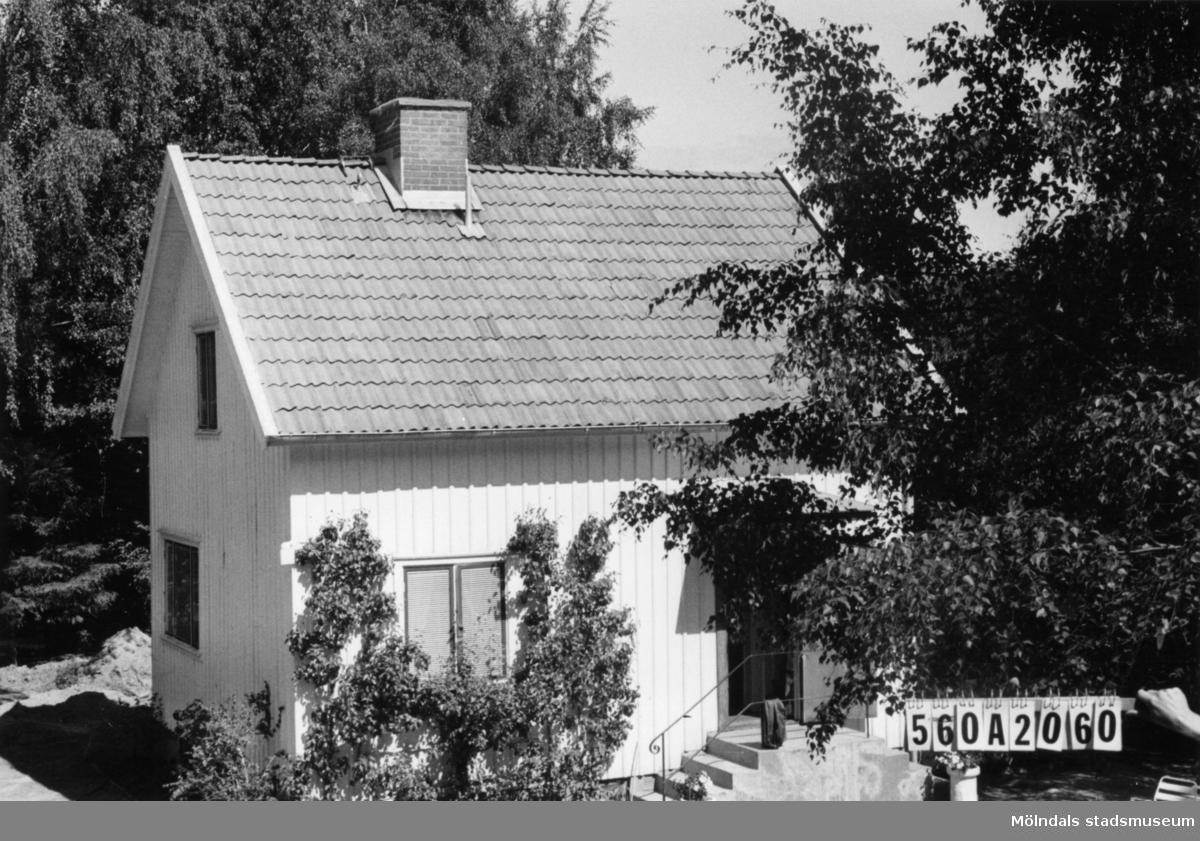 Byggnadsinventering i Lindome 1968. Bräcka 1:53. Hus nr: 570A2060. Benämning: permanent bostad. Kvalitet: god. Material: trä. Tillfartsväg: framkomlig. Renhållning: soptömning.