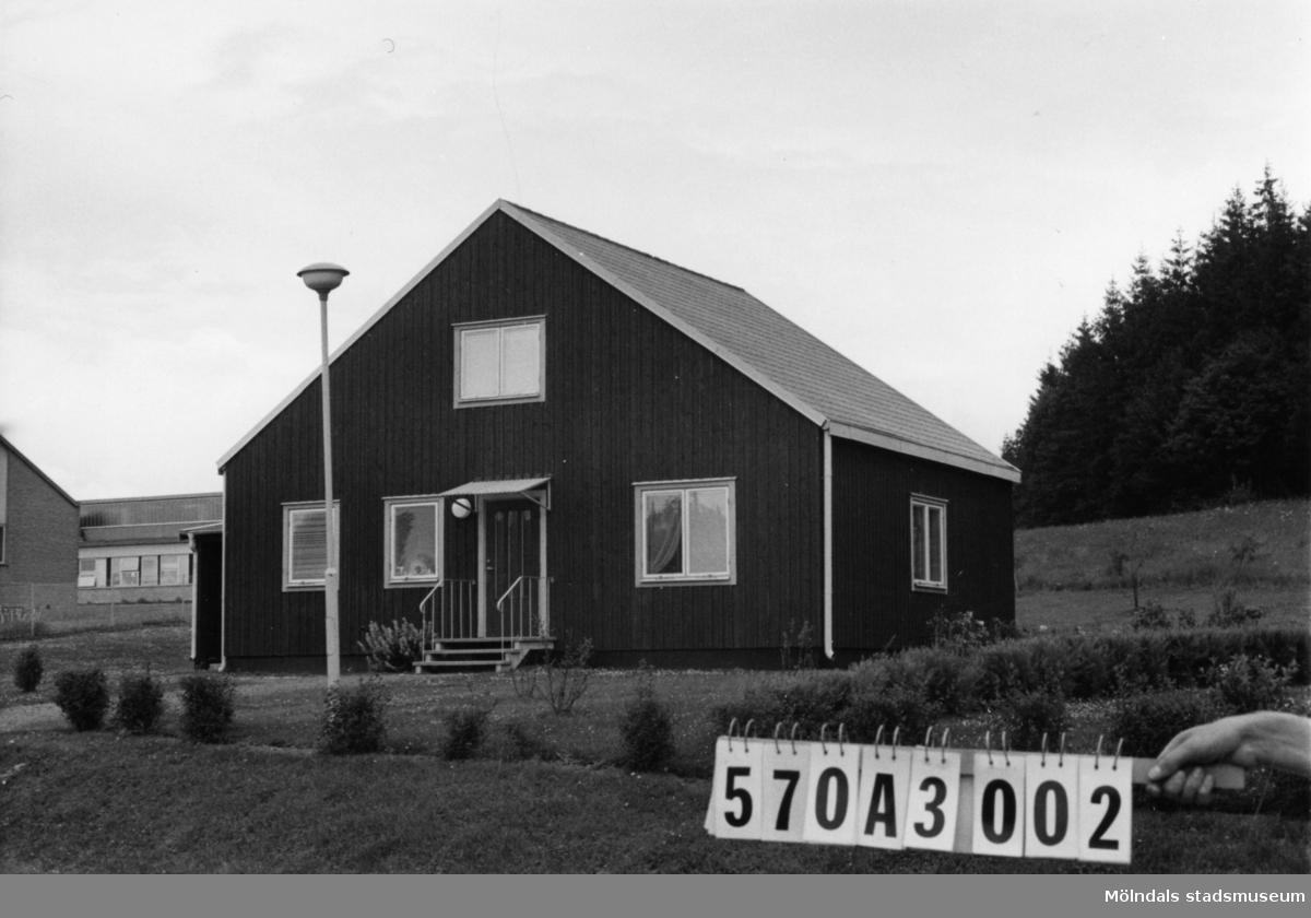Byggnadsinventering i Lindome 1968. Annestorp (4:11). Hus nr: 570A3002. Benämning: permanent bostad. Kvalitet: mycket god. Material: trä. Tillfartsväg: framkomlig. Renhållning: soptömning.
