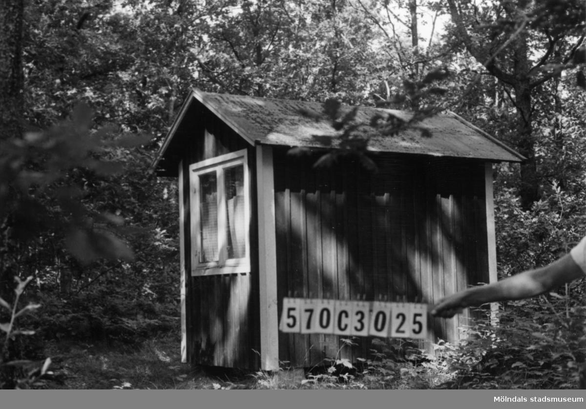 Byggnadsinventering i Lindome 1968. Dvärred 3:26. Hus nr: 570C3025. Benämning: fritidshus. Kvalitet: god. Material: trä. Tillfartsväg: ej framkomlig. Renhållning: ej soptömning.