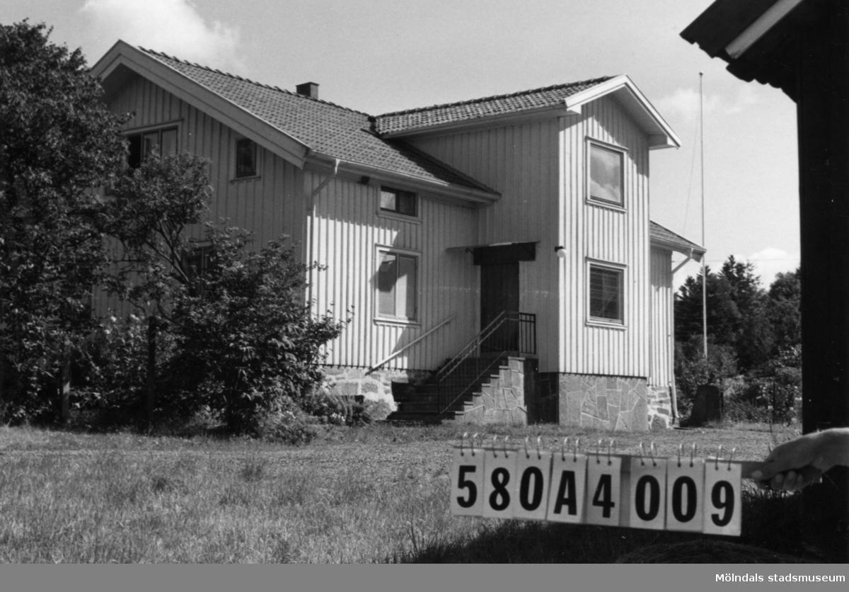 Byggnadsinventering i Lindome 1968. Hassungared 3:4. Hus nr: 580A4009. Benämning: permanent bostad, två ladugårdar och redskapsbod. Kvalitet, bostadshus: god. Kvalitet, ladugårdar: god, mindre god. Kvalitet, redskapsbod: mindre god. Material: trä. Tillfartsväg: framkomlig. Renhållning: soptömning.