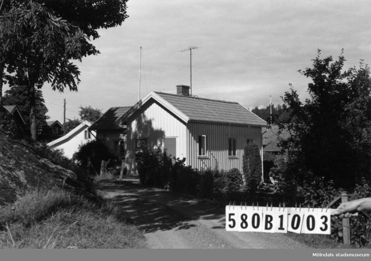 Byggnadsinventering i Lindome 1968. Dvärred 3:36 (3:21). Hus nr: 580B1003. Benämning: permanent bostad. Kvalitet: god. Material: trä. Tillfartsväg: framkomlig.