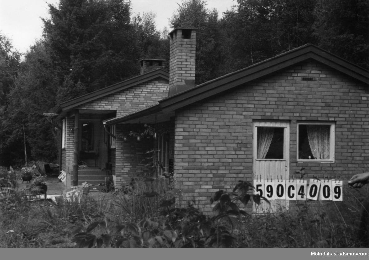 Byggnadsinventering i Lindome 1968. Ålgårdsbacka 1:18. Hus nr: 590C4009. Benämning: fritidshus. Kvalitet: mycket god. Material: gult tegel, trä. Övrigt: lekstuga. Tillfartsväg: framkomlig. Renhållning: ej soptömning.
