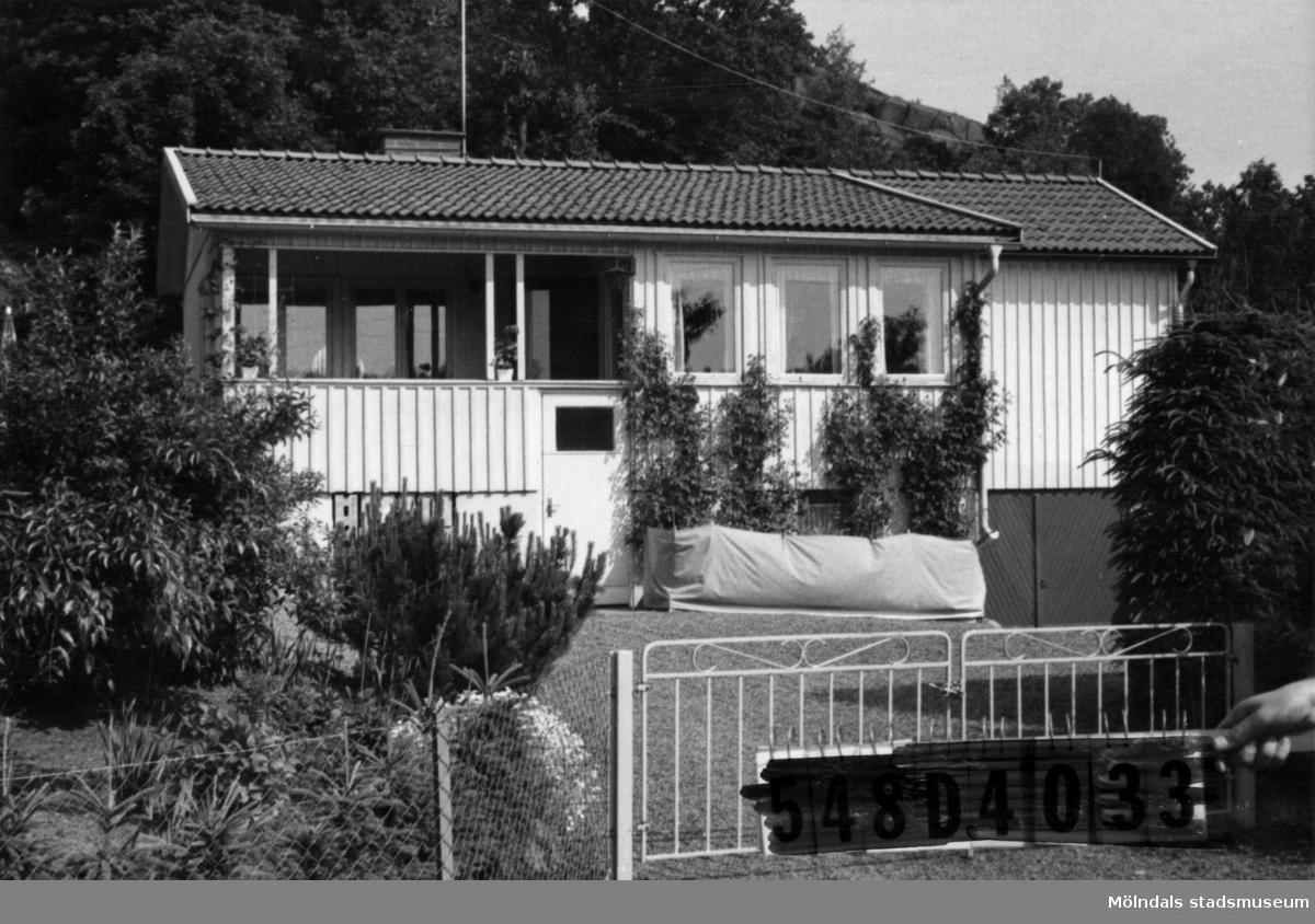Byggnadsinventering i Lindome 1968. Hällesås 1:58. Hus nr: 548C3007. Benämning: fritidshus. Kvalitet: god. Material: trä. Tillfartsväg: framkomlig. Renhållning: soptömning.