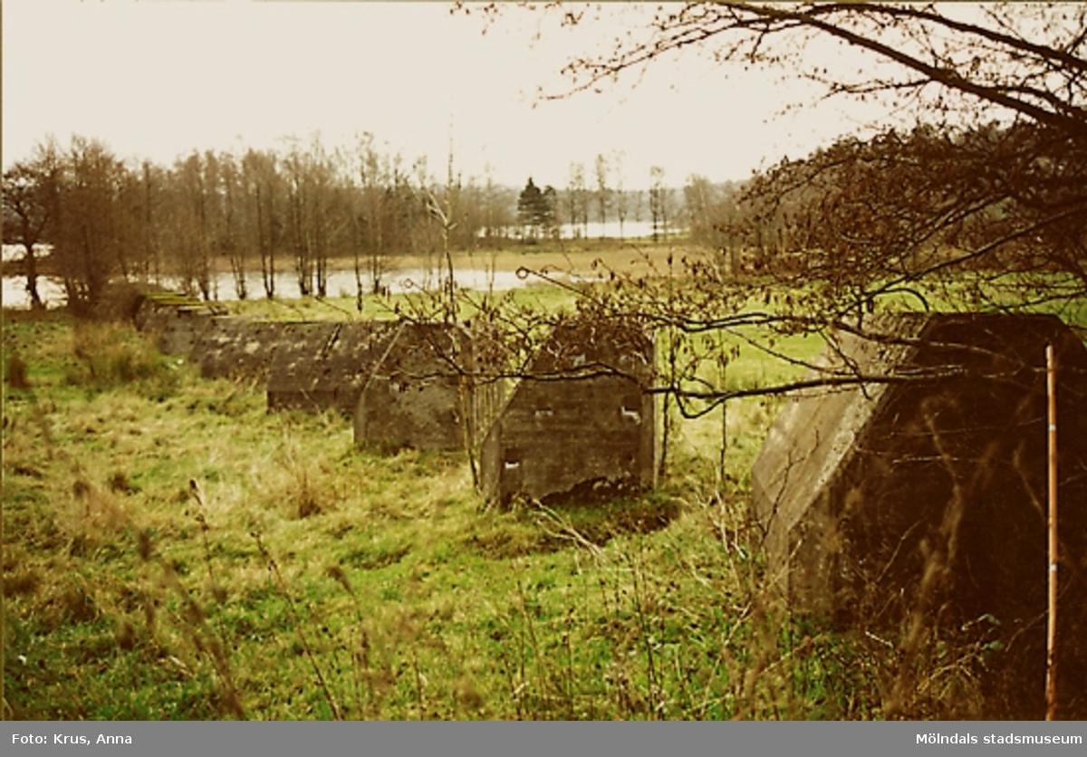 Stridsvagnshinder - Helenevik. På andra sidan 40:an uppe i skogen finns flera värn och även en stenbarrikad. Även på udden över viken finns en bunker.