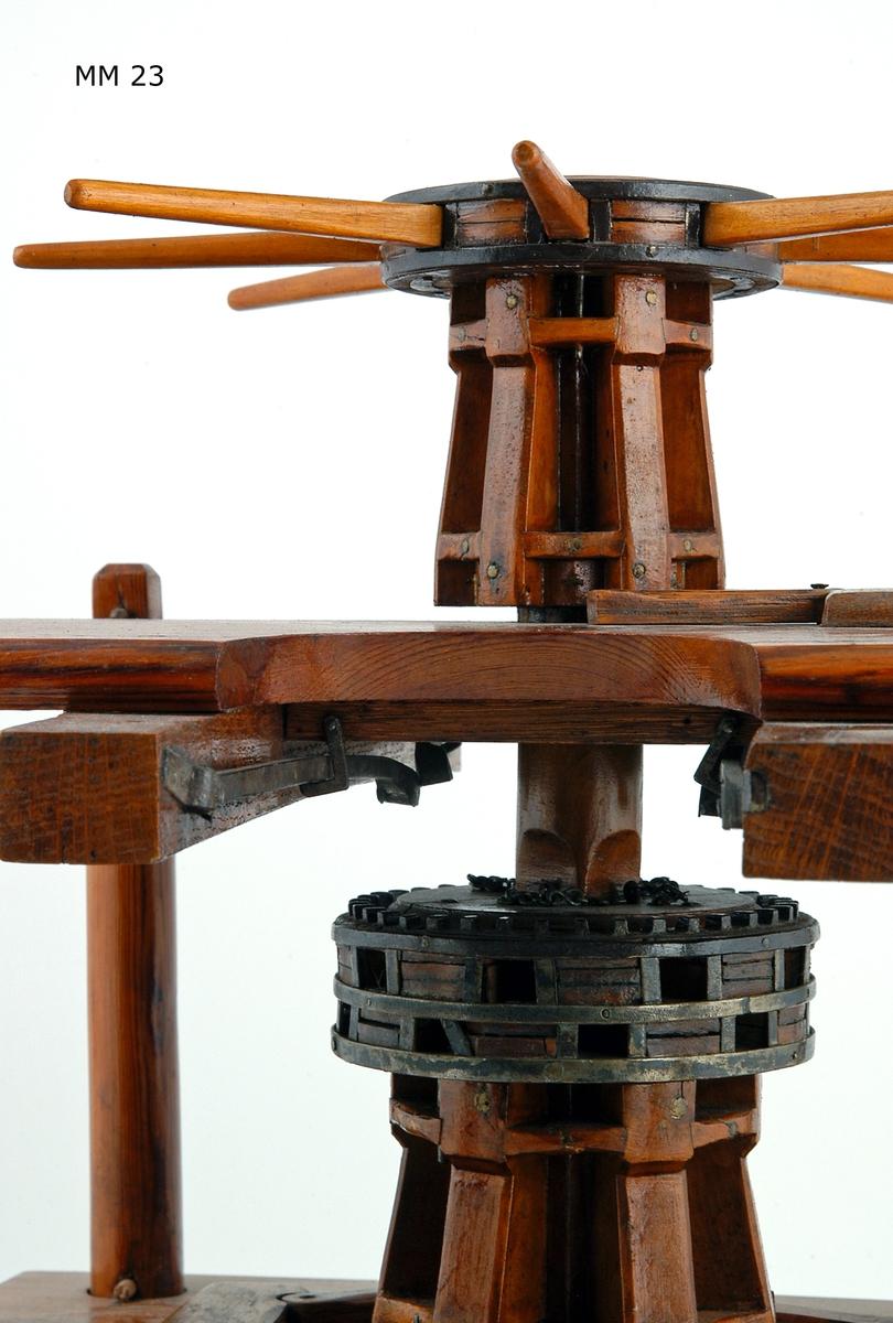 Gångspel, dubbelt, modell av trä, fernissad, med beslag av metall. Spelen placerade på övre och mellersta däcken av ett tredäckat plan.