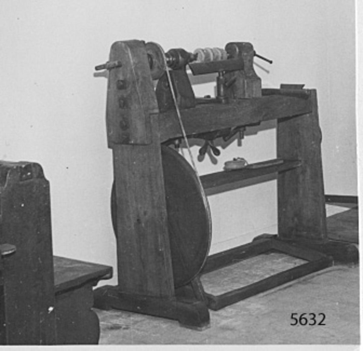svarv, jämte diverse detaljer därtill: 1 spindel med lagerbock av trä. 1 dubbhållare av trä. 1 drivhjul. 1 stålfäste med fatspänningsdetalj av trä. 1 trappskiva av trä- 2 stöd för stål. 1 vev m.m. Uppmonterad 1946.