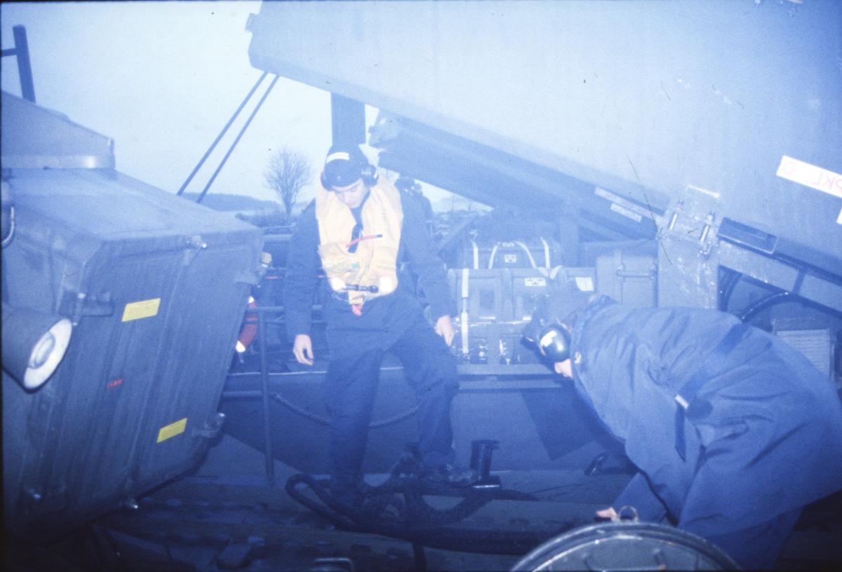 Fartyg: VÄSTERVIK                      Bredd över allt 7,1 meter Längd över allt 43,6 meter  Byggår: 1974 Varv: Kockums i Karlskrona Övrigt: Dokumentation av robotbåten Västervik utförd 1997. klart för losskasting på HMS Västervik. Röken ligger tät, personalen skulle egentligen använt ansiktsmask.