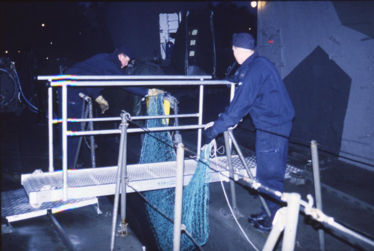 Fartyg: VÄSTERVIK                      Bredd över allt 7,1 meter Längd över allt 43,6 meter  Byggår: 1974 Varv: Kockums i Karlskrona Övrigt: Dokumentation av robotbåten Västervik utförd 1997. Klart för losskastning från pir 4 på Berga Örlogshamn. Näten under landgången mellan HMS Västervik och utanför liggande HMS Norrköping tas in.