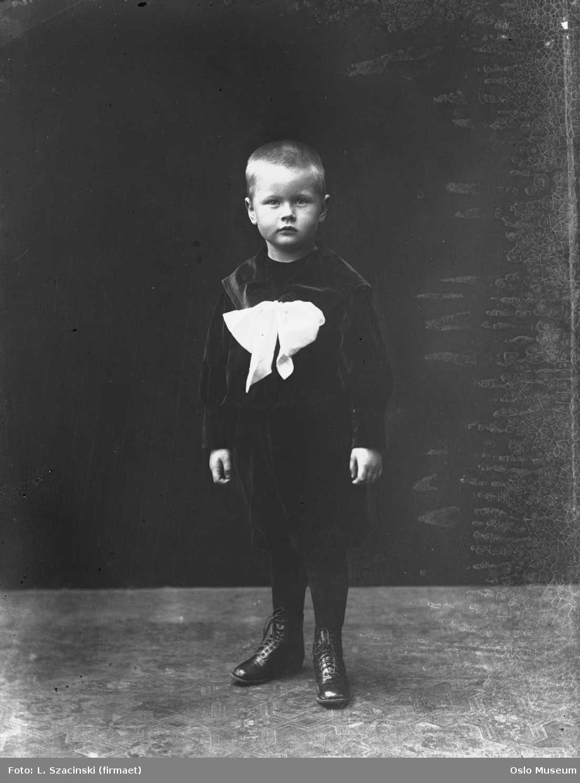 portrett, gutt, stående helfigur, bakteppe