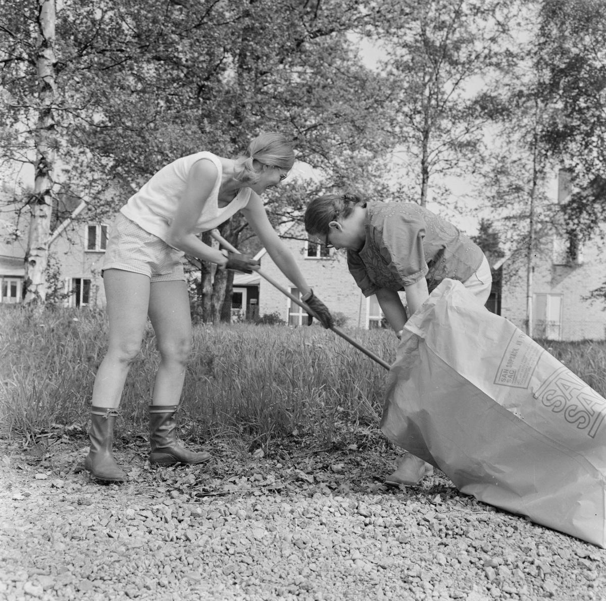 Margareta Martinsson och Inger Söderström i Söderfors husmodersförening plockar skräp
