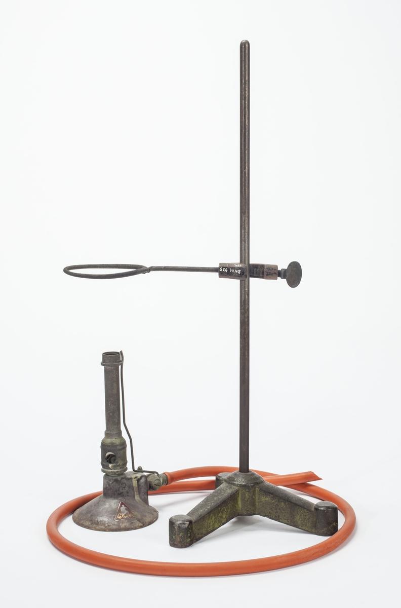 Jernstang med ring for å holde prøveskåler i den ene enden, og skrue til å feste armen på ett stativ i andre enden.