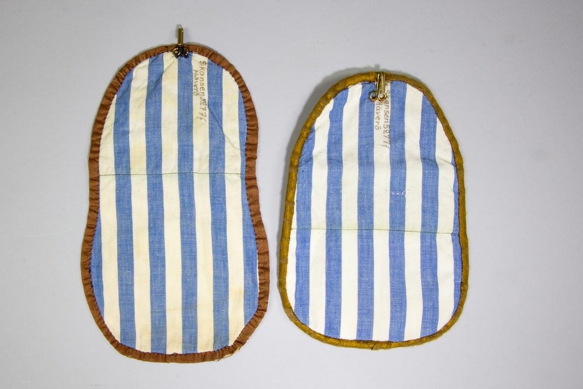 Kjolsäck, 2 stycken,  till dräkt för kvinna från Häverö skeppslag, Uppland. Modell med avskuret framstycke. Tredelat framstycke. Mittdelen av gråmelerat tyg, tuskaft, ljus varp och svart inslag, troligen handvävt av bomull. Sidostyckena av linnedamast, handvävd, i oblekt och gult. Framstycket fodrat med fabriksvävt vitt bomullstyg. Överstycke av bomullsdamast, i brunt och grönmelerat. Kantat runtom med brunt tyg. Baksida av fabriksvävt bomullstyg, randigt i blått och vitt, tuskaft. På baksidan upptill fastsydd en stor hake av mässingstråd.