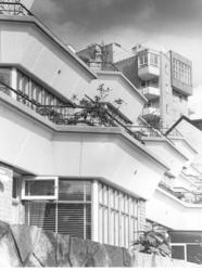 Terass- och höghus Närbild på terasser nedifrån, höghus i b