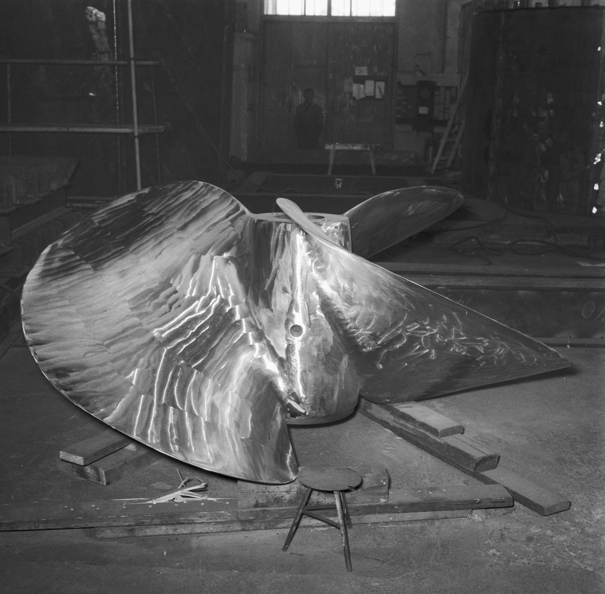 Fartyg: J 23 Hälsingland               Bredd över allt 11.2 meter Längd över allt 107.0 meter  Rederi: Kungliga Flottan, Marinen Byggår: 1957 Varv: Eriksbergs MV Övrigt: H's propeller.