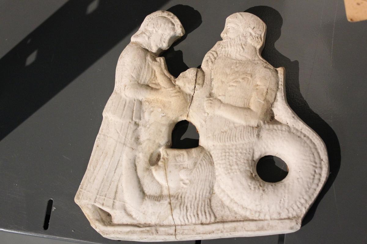 """Liten gipsplate i relieff som er bilde fra gresk mytoligi. Tittel: """"NEPTUN""""."""