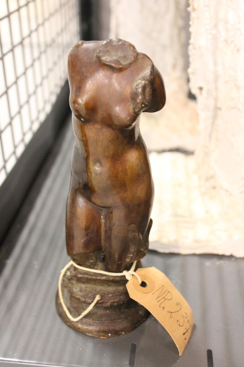 """Skulptur i bronse av en kropp. Tittel: """"Torso""""."""