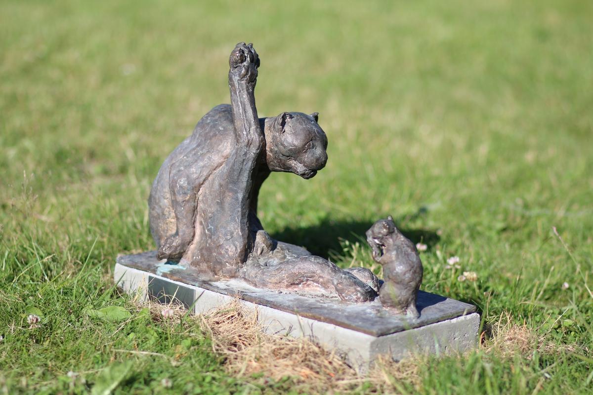 """Skulptur i bronse av en katt som vasker seg. Tittel: """"Pus vasker seg og mus ser på"""""""
