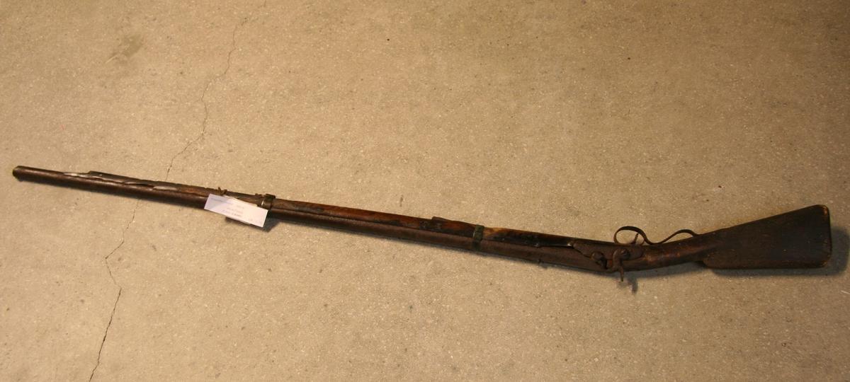 En gammelt gevær - munnladning. Laget av tre og stål. Løpet har sirkelforma snitt - mot hanen kanta ytterflate. Latein av stål.