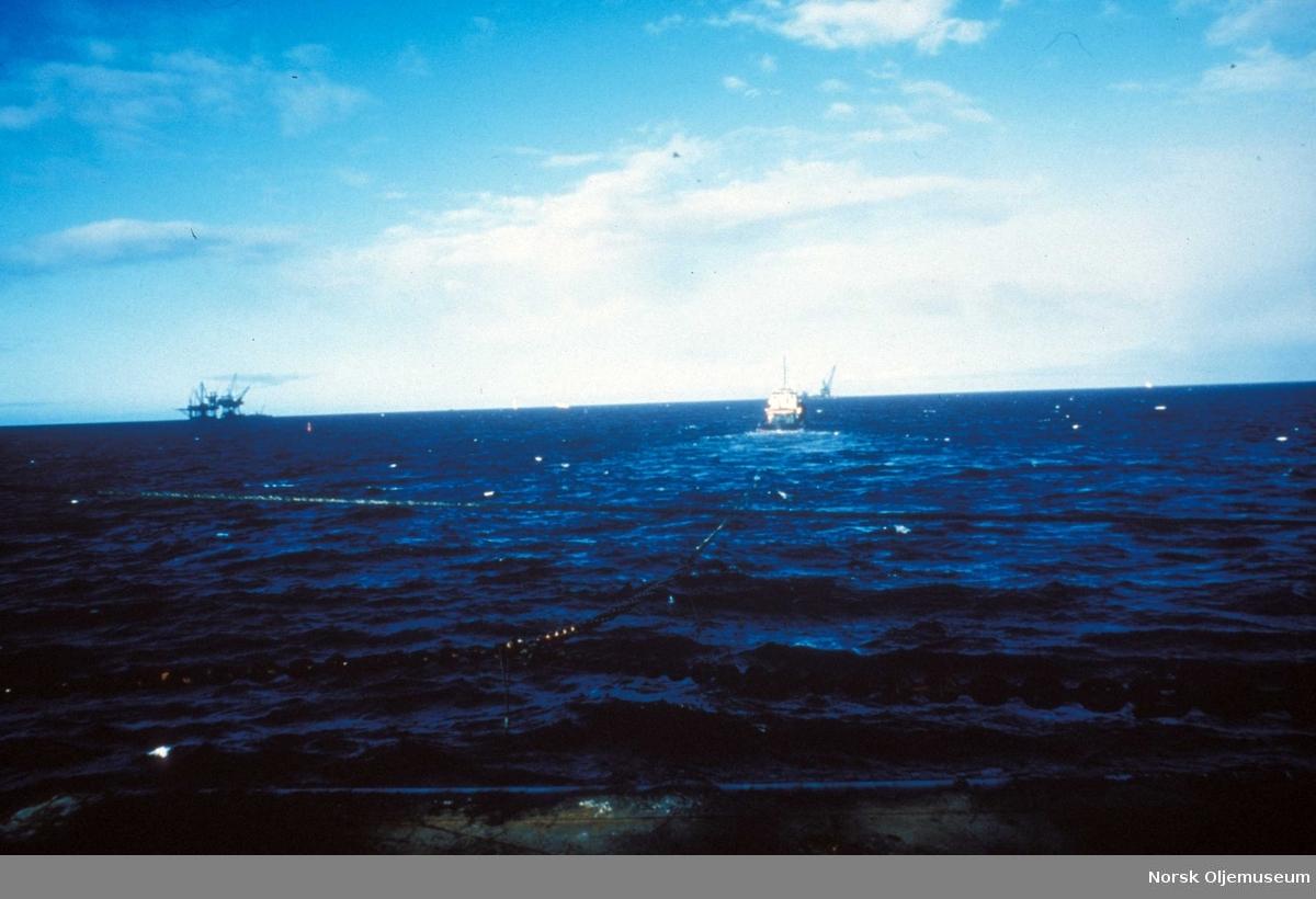 Stålunderstellet til DP2 blir slept ut på Friggfeltet 1977