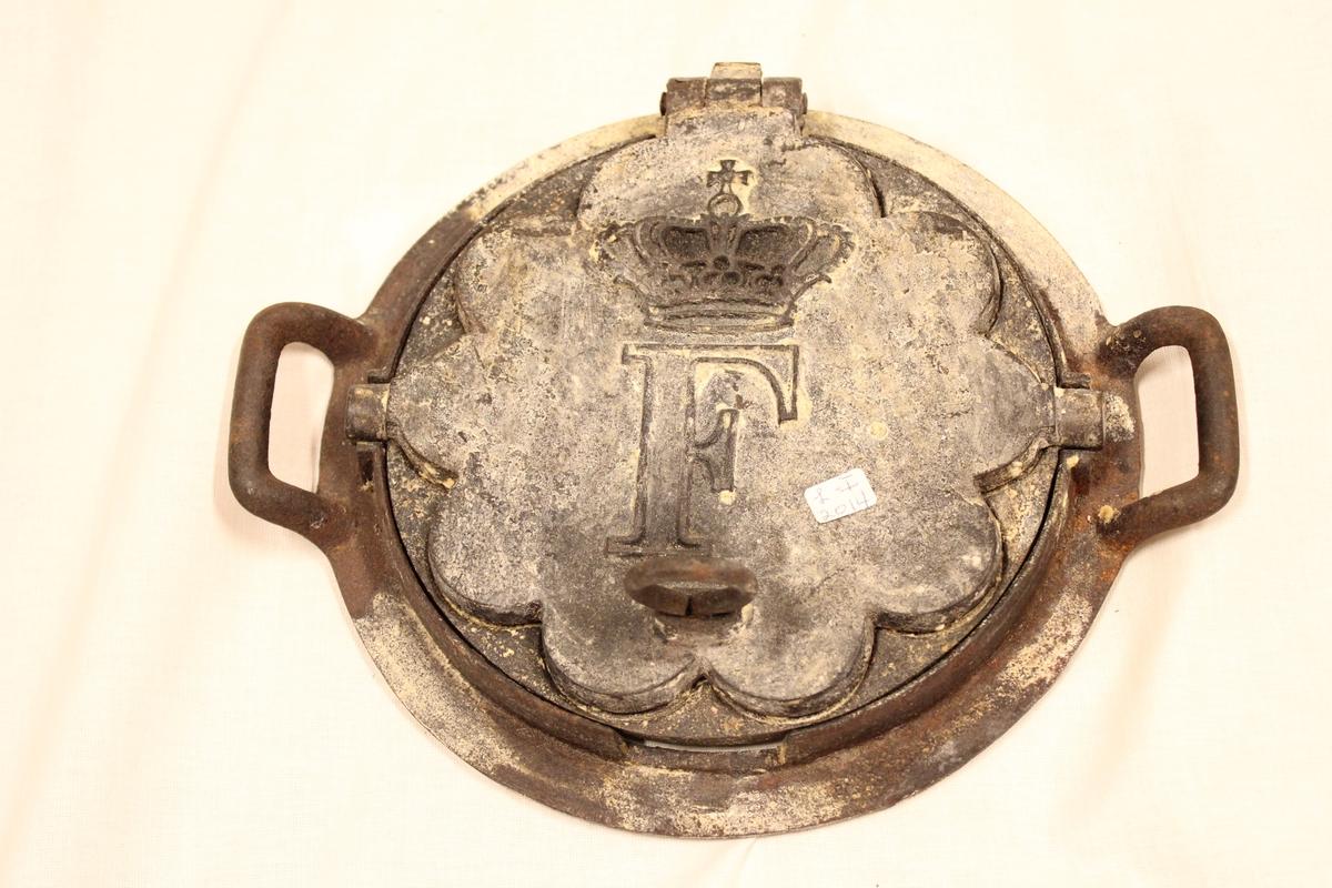 """Jernet har en """"F"""" og en """"krone"""" avbildet som mønster på framsiden. Fra """"tante Dagmars"""" hus I Svennevik."""