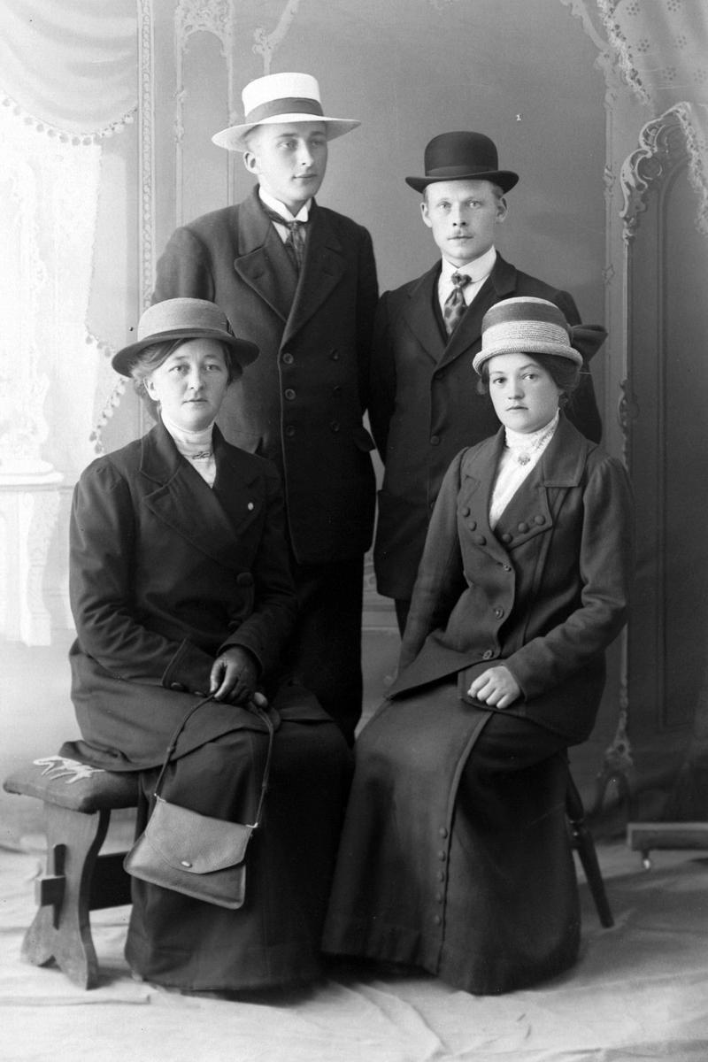 Gruppeportrett av to unge menn og to unge kvinner, tatt i studio hos Magdalene Norman.