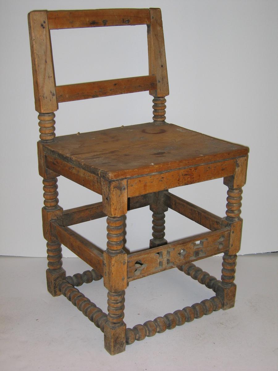 1 stol (renaissance).  En stol fra 1600-talets begyndelse. Har to rader bindingsbretter, hvorav nederste rad, samt benene dreiete.  Stolen er av bjerk undtagen sætet (furu) og øverste rad forbindingsbretter (ek). Lav ryg. Forreste forbindingsbret har gjennembrudte utskjæringer.  Kjøpt av Lars Vangsnes, Vangsnes.