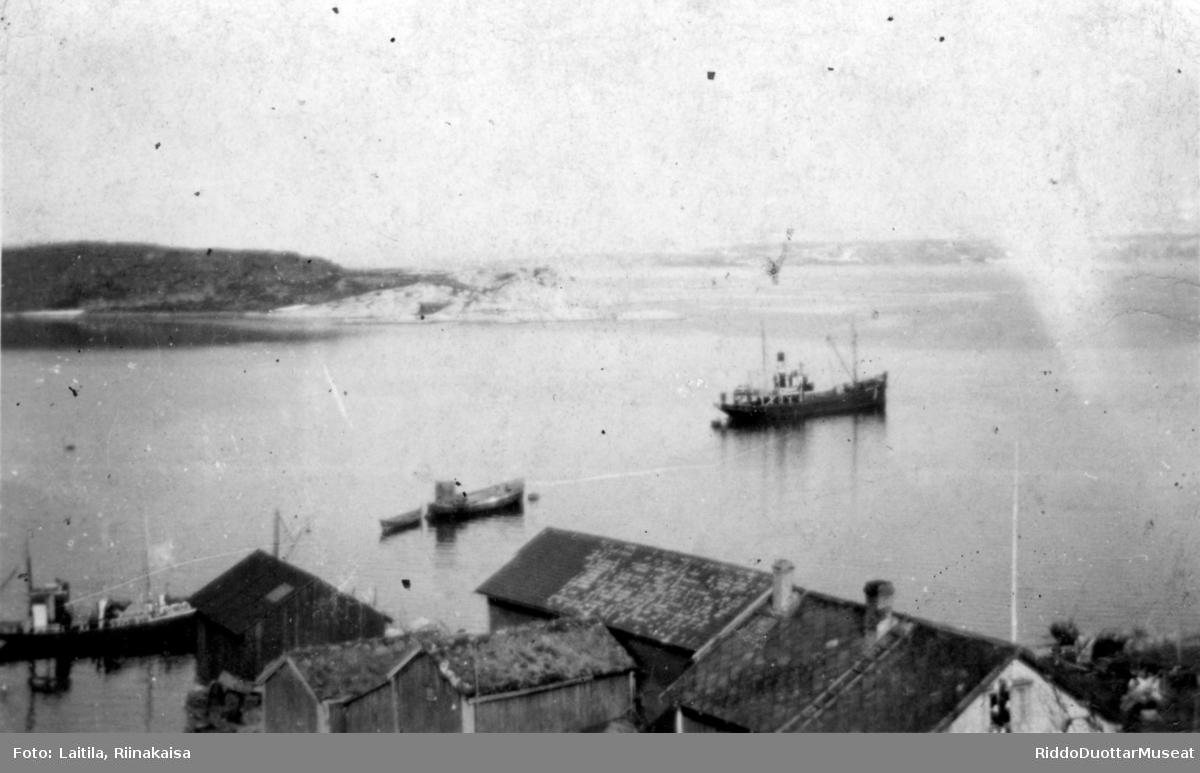 Lokalbåten i Kolvik ca. 1930. I forkant butikken.