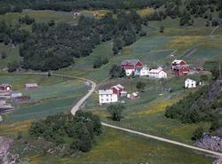 Flyfoto av bebyggelse og vei på Vaskinn.