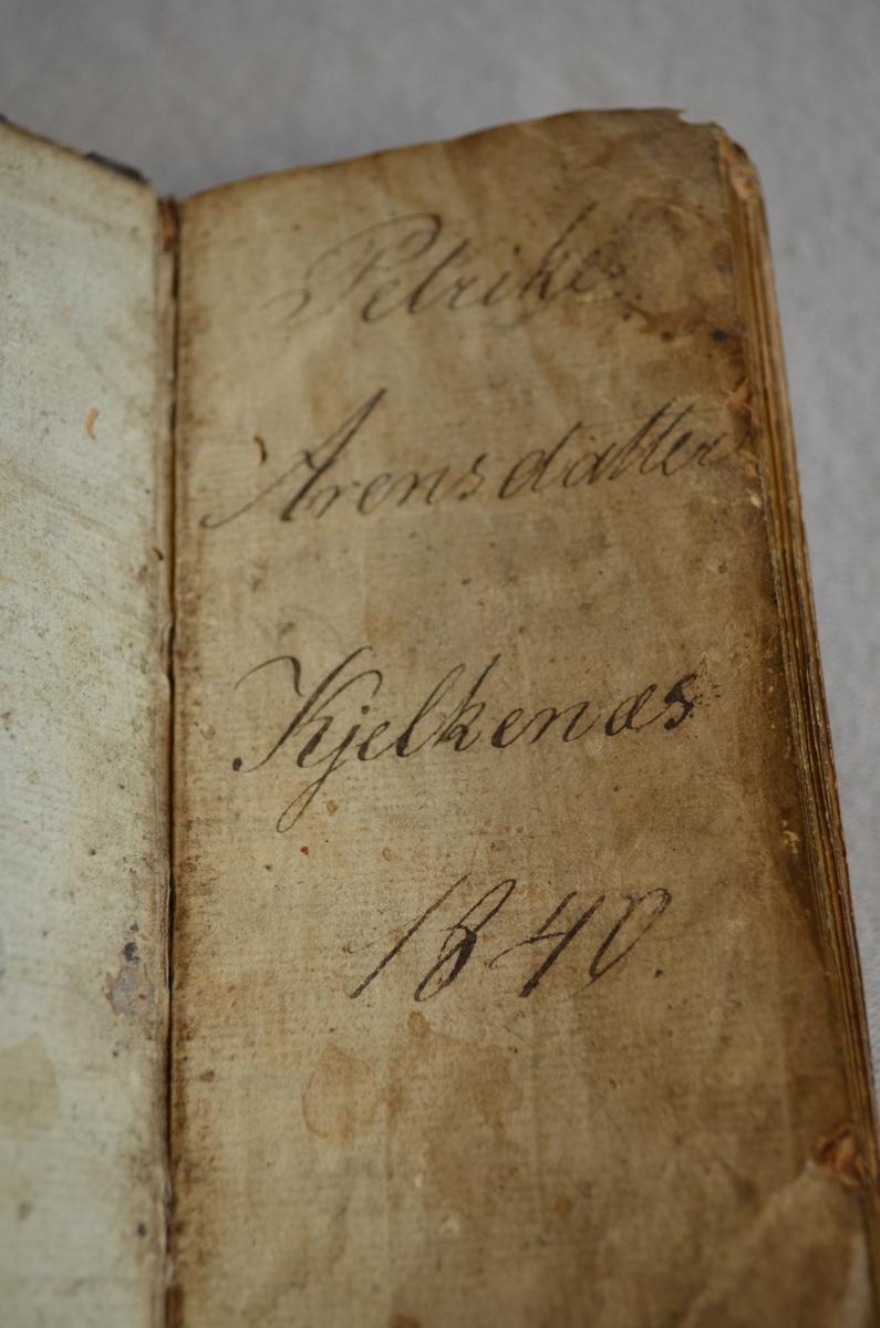 Høg smal salmebok med skinninnbunden treperm. Noko av skinntrekket har brote av og har skader. Dekor i skinnet rundt kanten på boka.Første sida av boka er riven ut. Gotisk skrift.