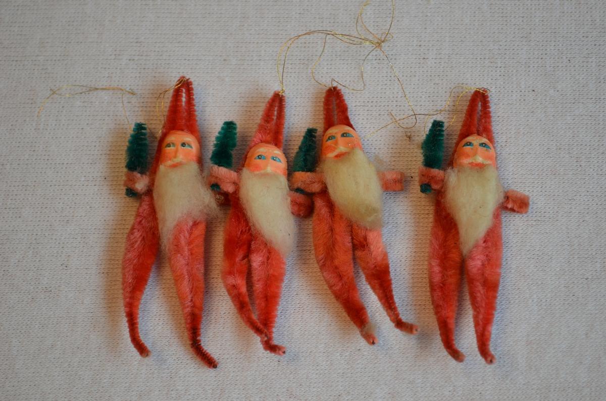 Julenissar med juletre laga av piperensarar. Raudfargen er falma.