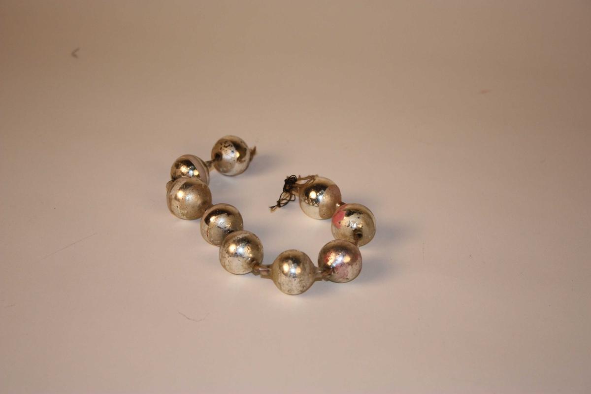 Form: 9 kuler tredde på hampetråd